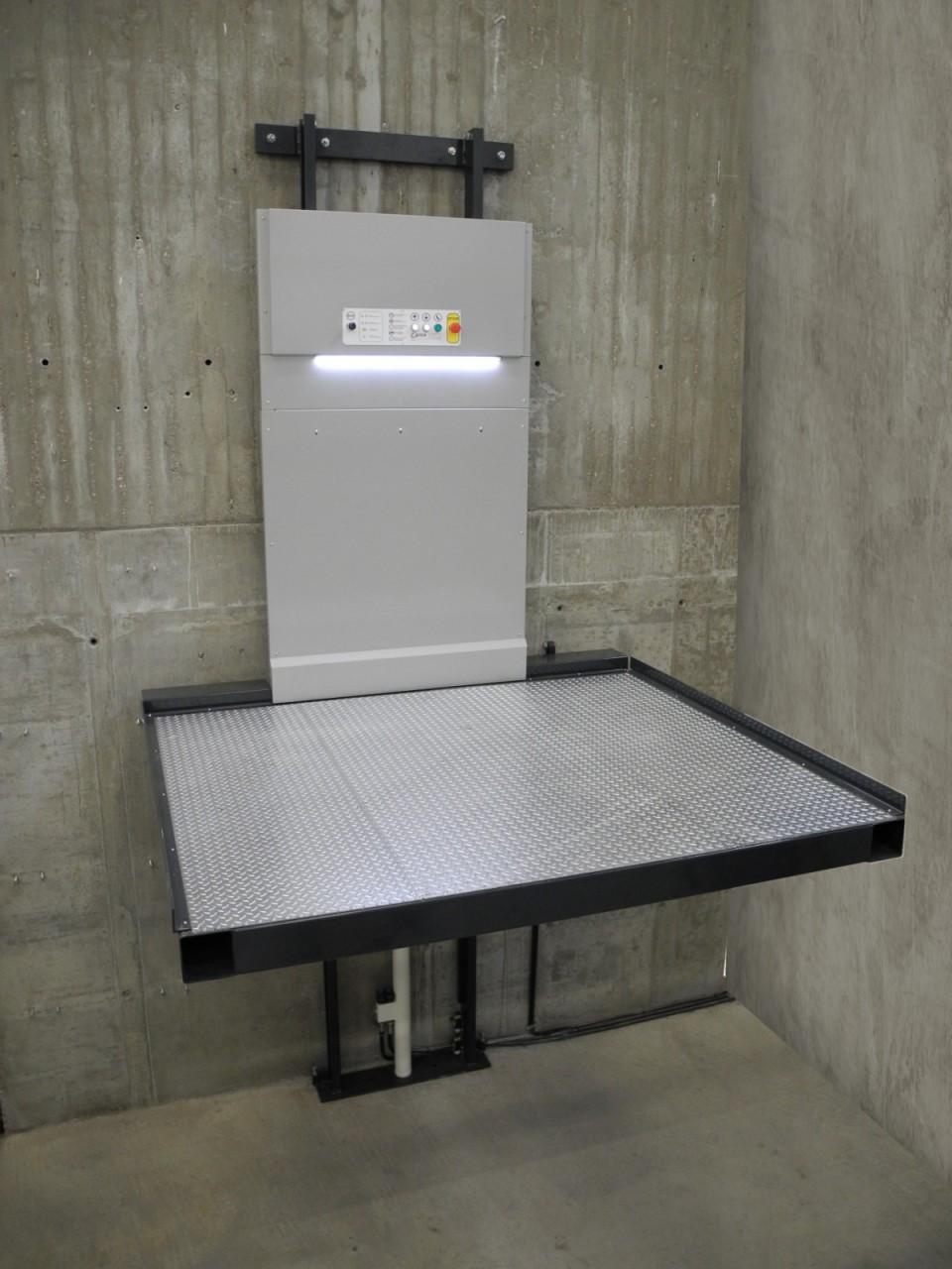 Montacarichi industriali a parete updinamic for Tre piani di garage per auto con soppalco